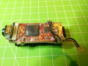 La cámara acabada, sensor fijado, pulsador, termo-retráctil, y cable corto. Aprovecharé su conector original, seguirá así sirviéndome para conectarla al Syma X5 en algún momento.