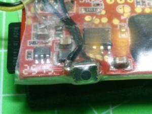 Detalle micro pulsador en cámara Syma X5 autónoma